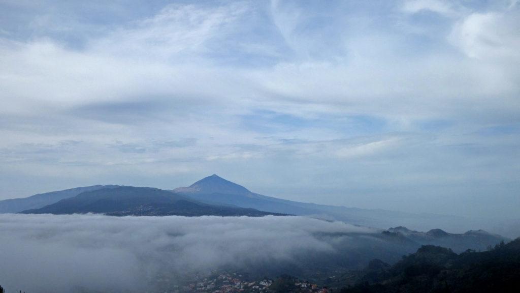 In Sicht: Der Teide zwischen Wolkenbänken